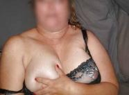 cette femme vous présente son sein droit