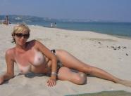 Femme mature en vacances : gros seins nus plage