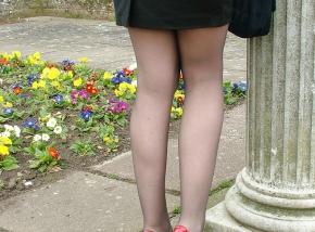 Belles jambes en collants et talons - Brune sexy