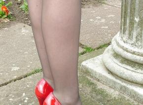 Chaussures rouge à talon - Brune sexy