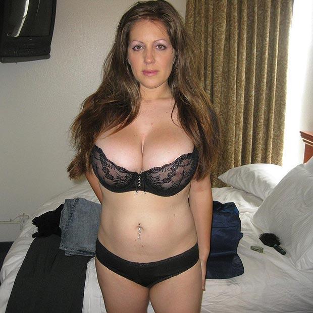 Gros seins naturels en soutiens-gorge